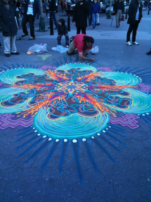 acideyedrops:  sheswalkingonwater:  valiumandvolkswagens:  psychedelic street art  i see this guy in union square all the time!   bringing it to the people, i dig it.