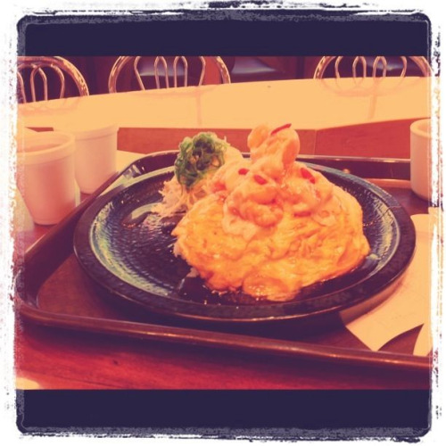 via tagyumyum:  Lunch @mitsuwa with mark, rice topped with omelette and shrimp in mayo sauce #foodmourn