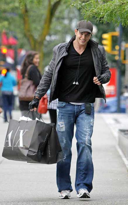 Hot Guys in Jeans Who Play A Vampire in a Billion Dollar Movie Franchise: Kellan Lutz