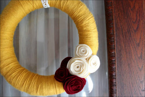 gluestickgirl:  take heart: DIY: yarn wreath with felt flowers
