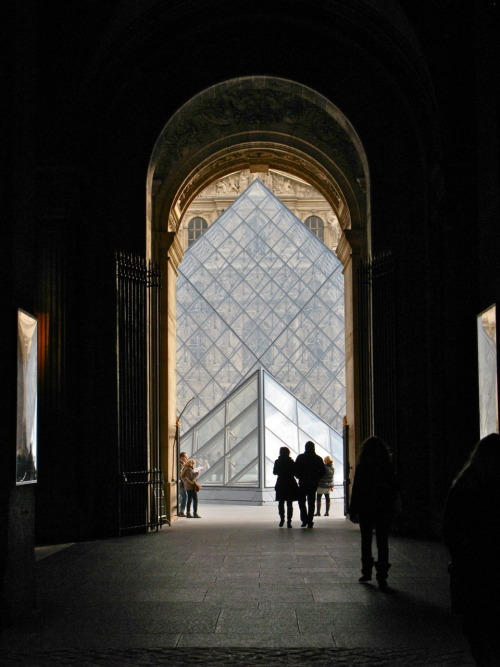 As you may have guessed from my previous post, I visited the Louvre today. My student card is an all-access pass to most galleries, the Louvre being no exception. Unfortunately, my ability to visit the Louvre whenever has also taken away from the museum's allure. Watching tourists running (sometimes literally) through the halls is like watching dogs chase a flock of pigeons. After paying the entrance fee, tourists are so eager to see every famous artwork on display that there appears to be little appreciation for the art itself. Having said that, everyone loves it! I daresay I am jealous of their enthusiasm.  And thanks to those who live through their cameras, nearly every corner of the Louvre is documented and accessible online. Above is a photo that may be a little harder to find on the internet (but maybe not).