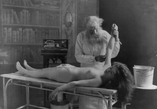 turnofthecentury:  billyjane:Autopsy,c.1900s by F[r]itz W.Guerin [more at turnofthecentury]  from Historical Ziegfeld