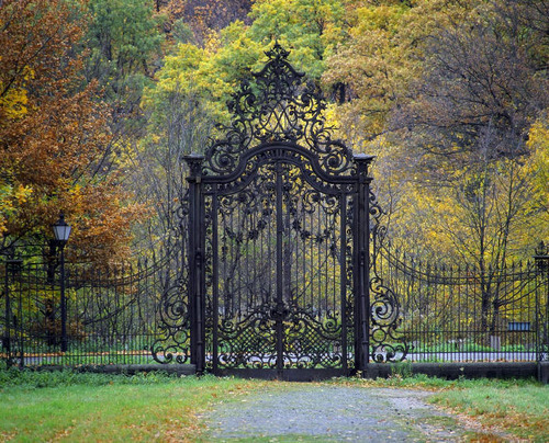 okay, i'd live in a trailer to have a gate like this surrounding said trailer.