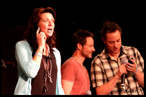 AmandaTapping, RyRobbins and RobertLawrenson at The #Sanctuary Experience - July/August 2010 - Amanda is pretending to talk on the phone with RDA…Rolo and Ryro are *shrugs* conspiring or perhaps ….. checking out something on Rolo's phone… ;P
