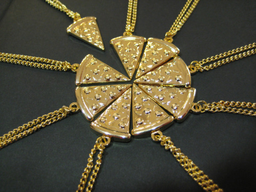 darkerthanbrad:  potter-core:  mentethemage:  the ultimate bff necklace  ok but how would u find that many friends  ^  lols we should find a cake version!