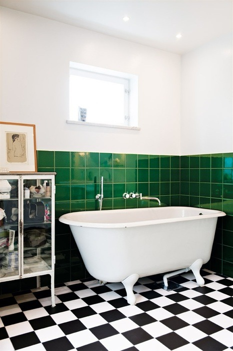 Bathroom with black and white floor. Photo from Hus & Hem.