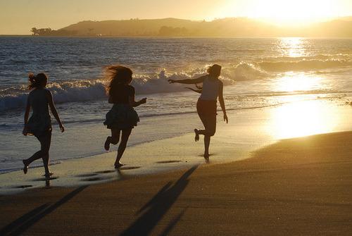 Mesmo que as pessoas mudem e suas vidas se reorganizem,os amigos devem ser amigos para sempre, mesmo que não tenham nada em comum, somente compartilhar as mesmas recordações. -Vinícius de Moraes