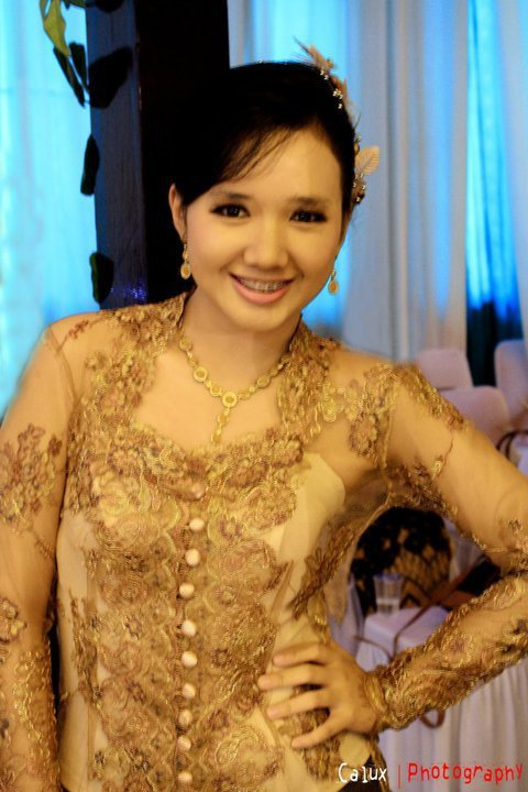 well this is me wearing 'kebaya'. yes i know i'm fat T__T but still pretty, right ? lol :))