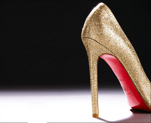 fuckyeahlouboutin:  Christian Louboutin Nude Glitter  Absolutely DYING over the Lady Lynch in nude glitter.