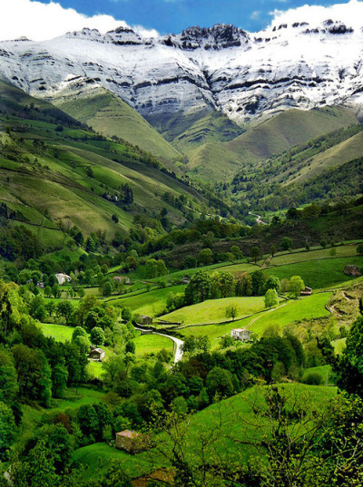 sunsurfer:  Valle del Pisueña, Cantabria, Spain  photo by mariolaped