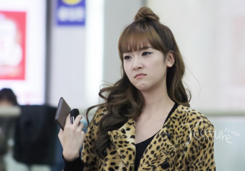 raattlesnsd:  Jessica cried at the airport because she found out her younger sister - Krystal, fainted while performing at the Lotte Concert. ~so that's the reason behind this pic.