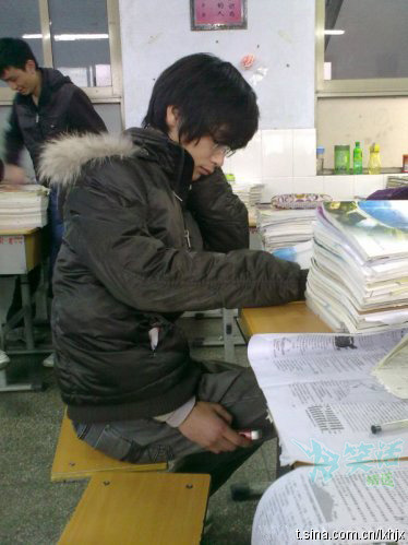 ohmyasian:  (via 9gag:I'm studying)1136. Study Hacks. So, when the pressure of studying is blowing over the top… this is what you do :) How clever, how clever.  HAHAHA :D