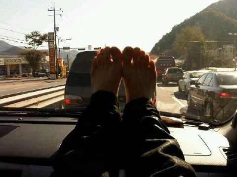 @mjjeje: that's right. i wanted to show off the fact that i have pretty feet so i posted it up.. if I were to say so~ i will feel so embarrassed that i won't be able to look at the tweets today.. go to sleep for now hahahahaha i will exercise and be right back ^^ Cre: InHye87 @ OneTVXQ.com