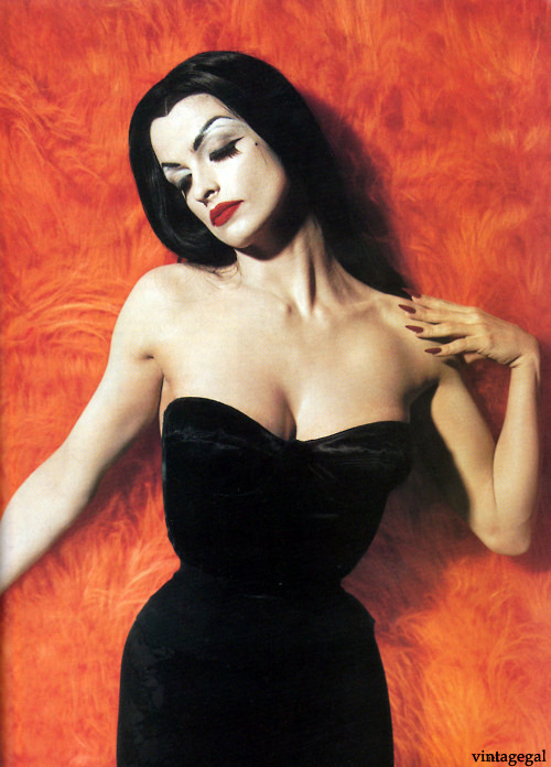 "vintagegal:  Actress Lisa Marie as Vampira for the film ""Ed Wood"" photo by Tim Burton"