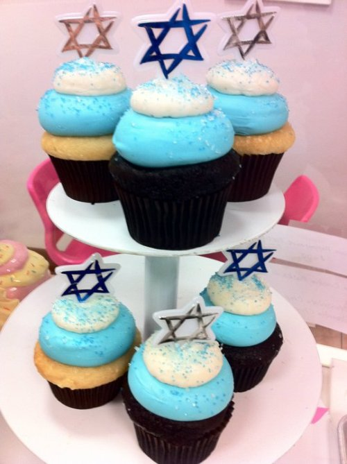 Hanukkah cupcakes at Sweet Avenue Bakeshop (we LOVE THEM). Will someone please transplant New Jersey next to my apartment in Oakland? Or will that be a kind of craziness that world cannot allow?? Probably. Anyway, DO WANT!