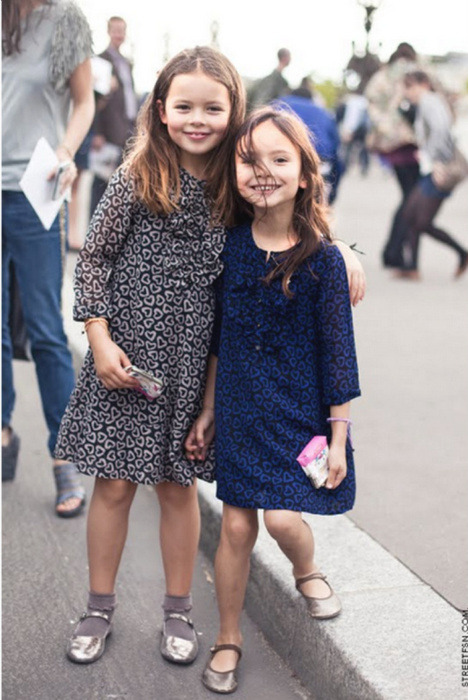 Lovely {fashionable} Sisters… on the streets of Paris!