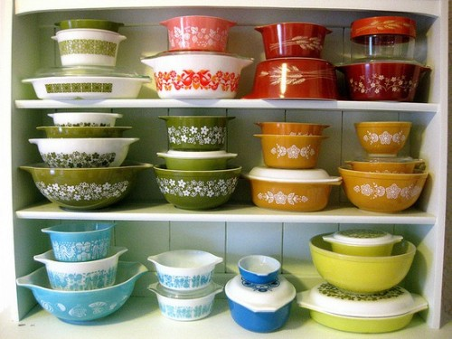 A rainbow of vintage pyrex! I love! (via pinterest)