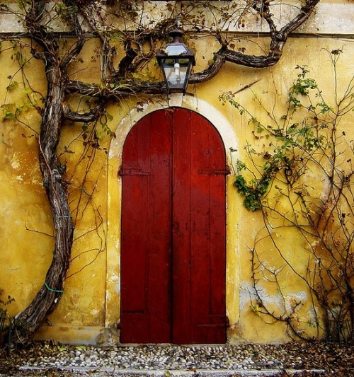 Red Door Somewhere in Italy by Pia (via pinterest)