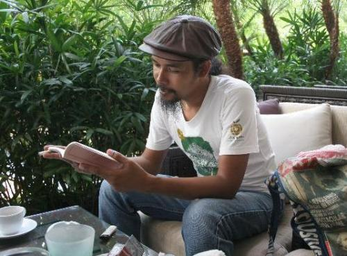 Thai poet Zakariya Amatiya's garb is a throwback to the cool Muslim beatnik cats of back in the day.