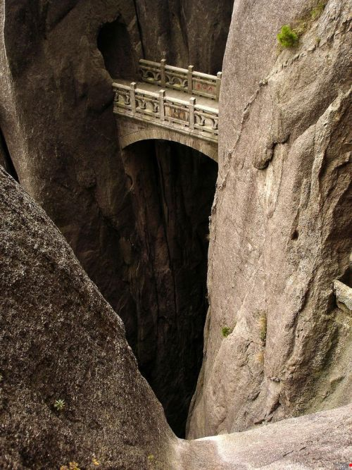 Hi, someone made this bridge. HOW? Walking Fairyland Bridge, Huangshan by Jesse Varner // aarjhen:javiercarrete