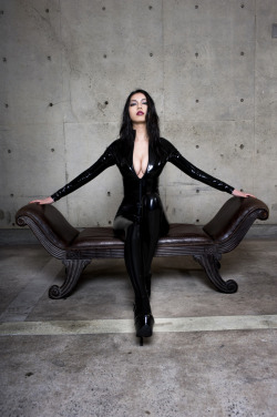 esie-tokyo:  ESIE in catsuit on a leather sofa, photo by Asuka taken in March 2009 www.esie.jp