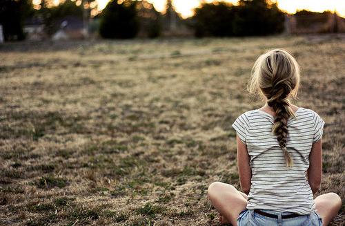 Quando eu olhei pra trás, não aliviou, doeu o suficiente pra eu pensar que deviadesistir. Admitir que eu estou errada e depois mudar de idéia, perdão, mas tenho que ser forte e te deixar pra trás ♪