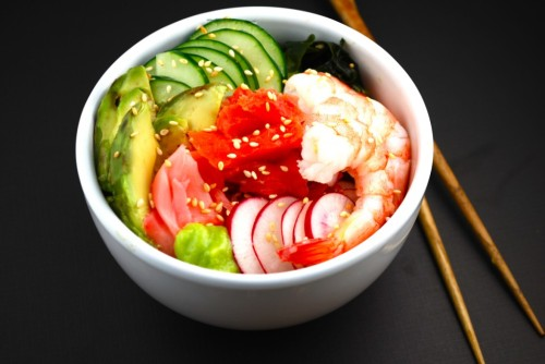 sSushi Bowl Ingredients:   ¼ cup dried wakame seaweed 2 teaspoons rice vinegar 1 teaspoon soy sauce Prepared wasabi paste 1/3 cucumber, thinly sliced 3 radishes, thinly sliced 3 large cooked shrimp 4 ounces smoked wild salmon ¼ avocado, sliced Pickled ginger (gari) Sesame seeds to garnish Method: 1) Place dried wakame in a medium bowl and cover with cold water. Soak 6 minutes; drain well. 2) In a small bowl, prepare dressing: stir together rice vinegar, soy sauce, and ¼ teaspoon of wasabi paste. Adjust amount of wasabi to taste.  Pour dressing over rehydrated seaweed and toss to coat. Place seaweed in serving bowl. 3) Arrange cucumber, radishes, shrimp, salmon and avocado over seaweed. Sprinkle with sesame seeds; serve with pickled ginger, additional soy sauce and wasabi. This recipe is a single serving of 271 calories.
