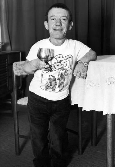 pacalin:  Da ladies man. retrostarwars:  Did You Know: Kenny Baker had the inside of his R2-D2 costumes lined with photos of nude women.   Wouldn't doubt that