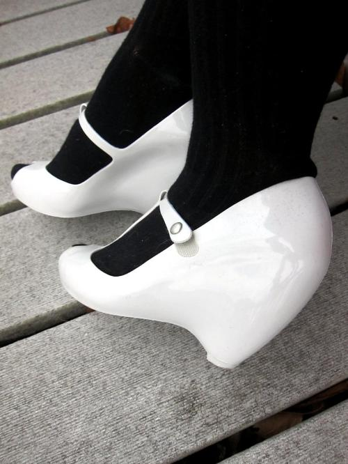 i'm a big fan of melissa plastic shoes, especially the vivienne westwood collabs, but for some reason, never really got around to getting some. i was so pitiful while in the philippines…lamenting the whole time i was there that i wasn't buying any shoes UNTIL my very last shopping day when i fell into the MOTHERLOAD of melissa shoes! i super love these…the round wedge, almost sculptural, almost egg-like & the plastic…so appropriate on this drizzly day!
