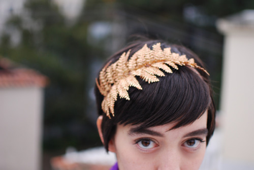 theworkinghands:  This headband is uber cute. It looks pretty simple to replicate…. I'll make one for myself! calivintage:  calivintage: holiday party sporting another one of these lovely headbands that my mom made for me.  such a sweetie!