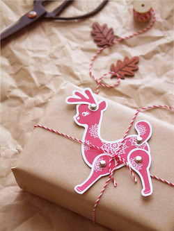 allthelovelies:  you too can learn how make these cute paper reindeer postcards and gift tags! source: eat drink chic