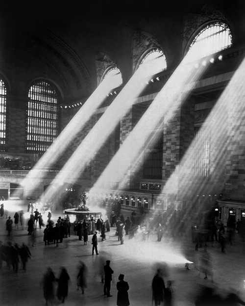 orientaltiger:  Grand Central Station, NYC, 1941. The light does not stream in like this anymore because the buildings around the station are too tall.