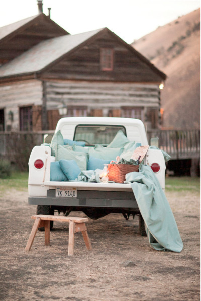 ido-dreams:  Can my future husband propose to me in the back of his truck after he plans a little picnic like this?