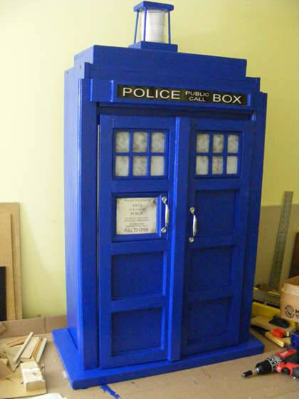 thedailywhat:  DIY of the Day: TARDIS bookshelf cupboard with flashing roof light. Fits books of all sizes. Doubles as a fez locker. [instructable.]  Solo cinque giorni a Natale, se qualcuno raccoglie il suggerimento.