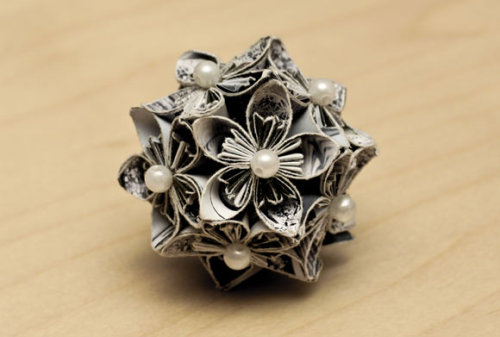 greencrafts:  Paper Flowers – Anyone Can Do That Click photo for tutorial.