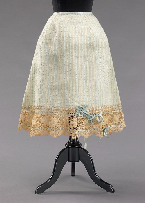 A functional and fashionable wool petticoat from 1903.
