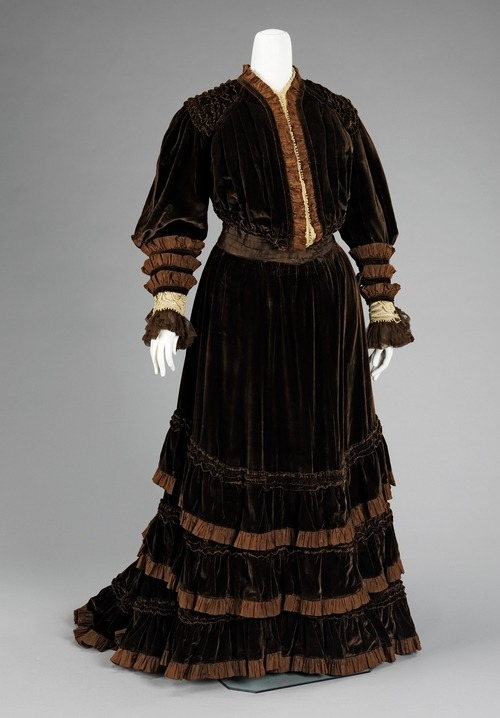 A velvet afternoon suit from prominent French couturier Jacques Doucet, Winter 1904.