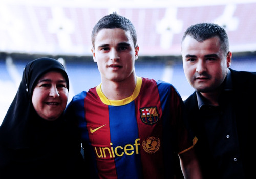 mes-que-un-club:  Afellay with his mother and his father