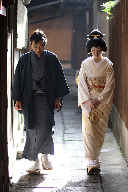 theworldwelivein:  couple / vintage / culture / kimono / traditonal : geiko (geisha) kotoha, kyoto japan 芸妓 琴葉さん 日本・京都 (by Michael Chandler)