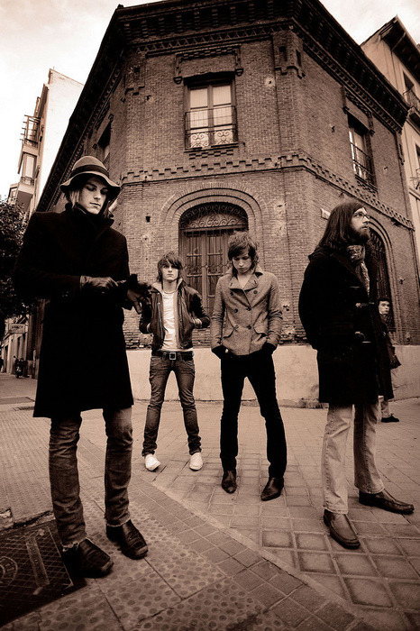 confessionsofakolgirl:  mykingsofleon:  I love this old picture *-*  One of my absolute fav's!  This is an awesome photo of them!
