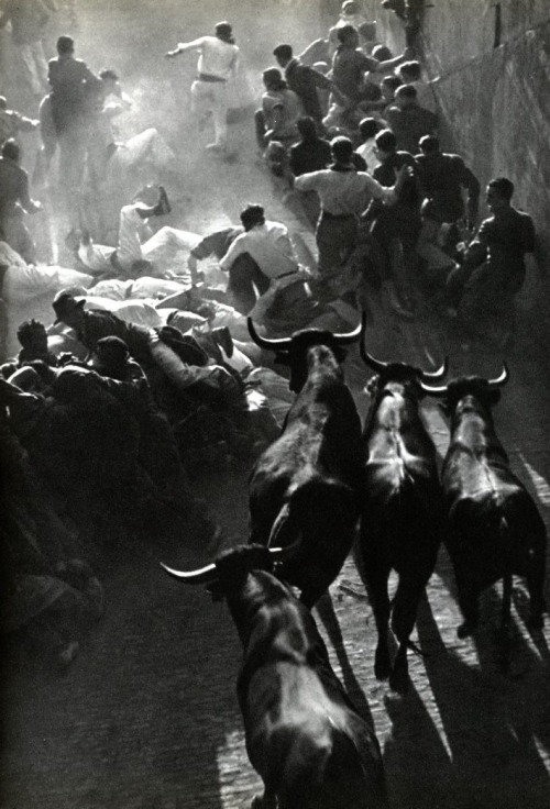 FIESTA IN PAMPLONA. PHOTO BY INGE MORATH.