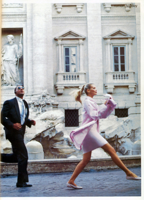 """Roman Holiday""  Vogue, December 1994  photographer: Arthur Elgort  Claudia Schiffer sidestepping splashes from the Trevi Fountain in raincoat ru_glamour: Римские каникулы: Claudia Schiffer by Arthur Elgort for Vogue US December 1994"