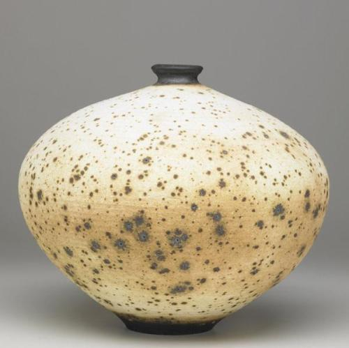 Vivika and Otto Heino: Large stoneware vessel glazed with applewood ash