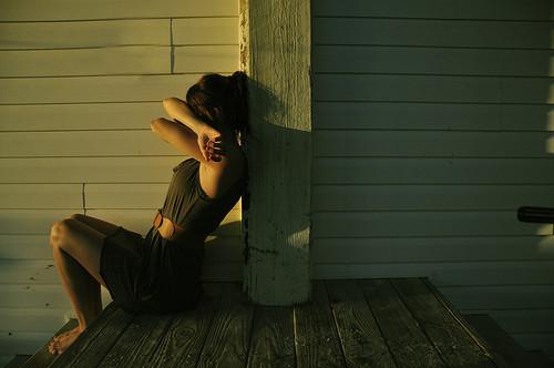Quando uma garota muda seu humor, de um sorriso para uma lágrima, ou do nada fica quieta, existem 3 motivos possíveis: ela está com ciúmes, ela está com algum problema, ou ela está machucada.