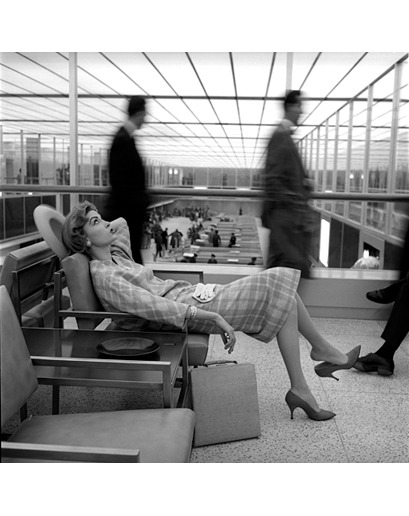 Mary McGloughlin, Idlewild Airport, New York, 1957 Photographer: Jerry Schatzberg. continuarte: