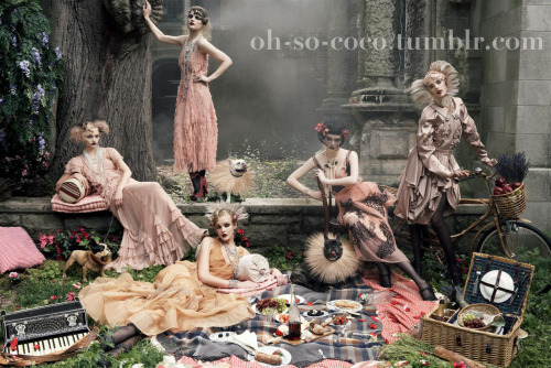 oh-so-coco:  Shot by Steven Meisel. Look what I came across yesterday - the infamous unpublished picture that was intended for Vogue September issue 2007. Grace Coddington loved it, Anna Wintour didnt. What do you think?For more outtakes that never made it to print, go HERE.