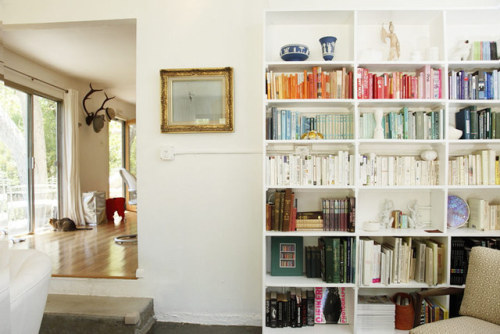 Ok. As much as I love apartment therapy. Who organizes their books by color. Really? really?? color!!? I'm lucky to keep 80% of my shelves even containing books. clearly these books are never touched or they'd be all mixed up by now.  Get Inspired: Ideas from Beautifully Organized Homes | Apartment Therapy New York