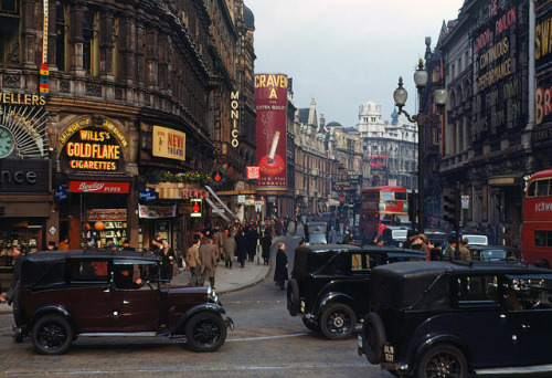 wordslessspoken:   London, 1940s, in hi-res color. These photographs were taken using Kodachrome film by the improbably and wonderfully named Chalmers Butterfield, probably in 1949. Via How To Be a Retronaut.  This is amazing!