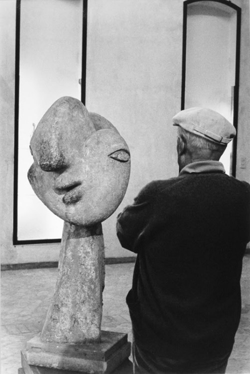"Antonio Cores. Picasso standing in front of his sculpture ""Head of Woman with Hair Bun"", 1931 source (via luzfosca:arsvitaest)"