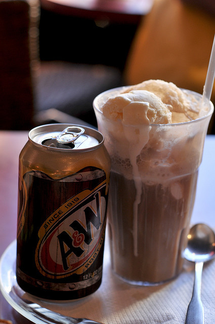 followandreblog:  Classic rootbeer float with vanilla ice cream. (by Kathya E.)